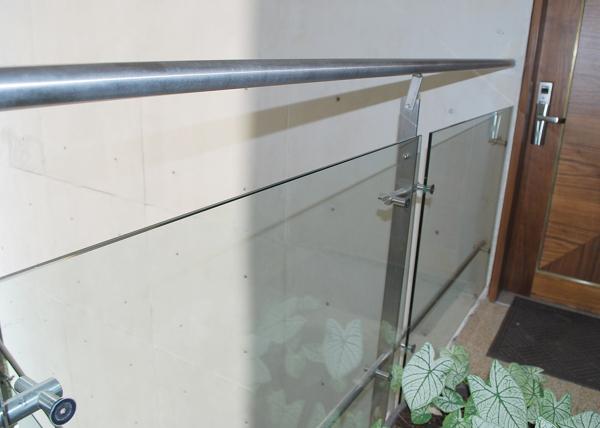 Foto barandal de acero inoxidable y vidrio de acixs for Comedores en acero y vidrio