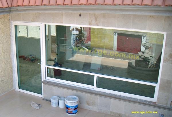Foto canceleria de aluminio blanco puerta bandera de rge for Imagenes de ventanas de aluminio modernas
