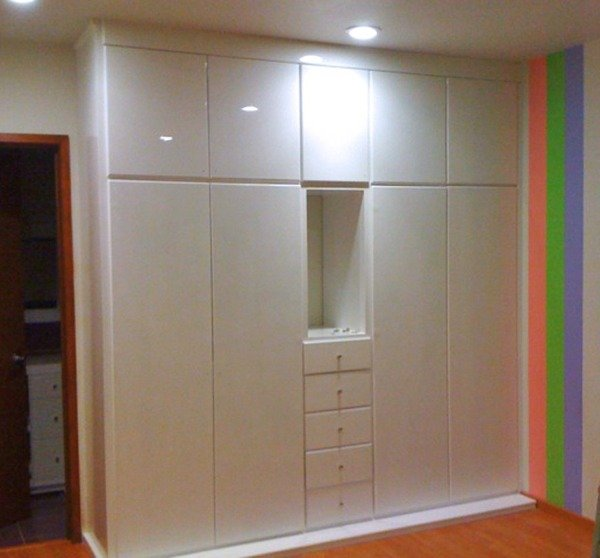 Foto closet blanco con nicho de cocinas y closets del for Ideas puertas de closet