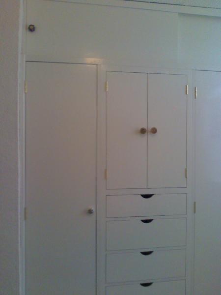 Foto closet mediano de x 245 cm de puertas y closet for Closet medianos
