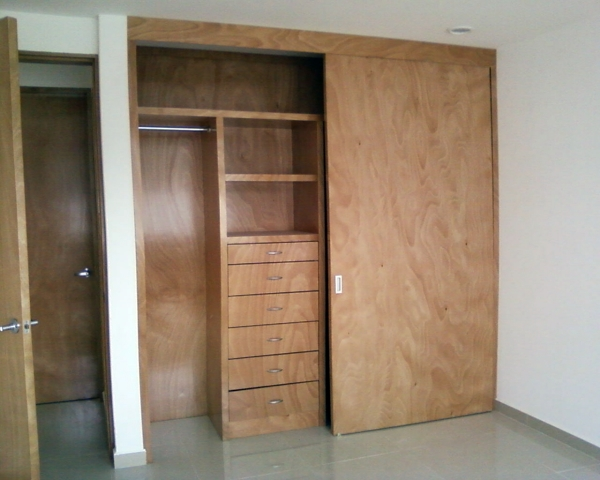 Foto closet ocume natural de beristain todo en madera for Closet grandes y baratos
