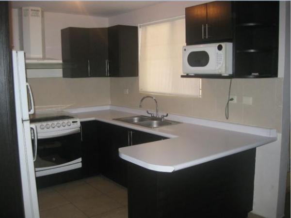 Foto cocina con barra de cocinas y closets del valle for Ver cocinas modernas precios