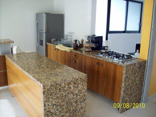 Foto cocina y mesada de granito amarillo sta lucia de for Muebles de cocina amarillos