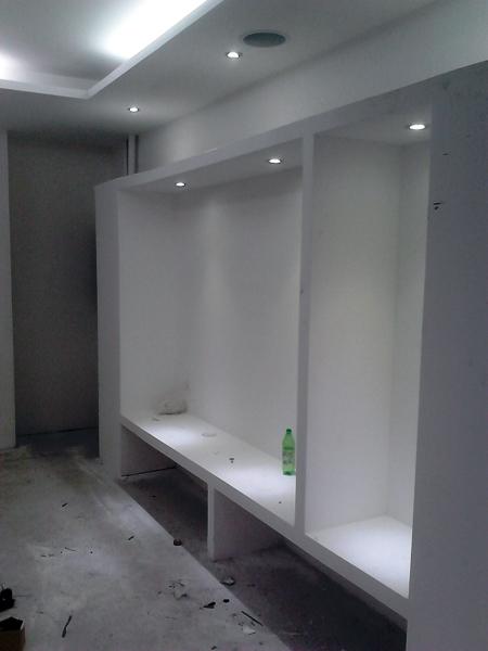 Foto construcci n en tabla roca de tienda de ropa en for Construcciones minimalistas fotos