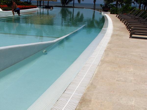 Foto detalle de rampa y rejilla condominio molino de agua for Rejilla piscina