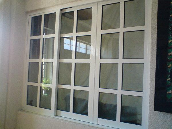 Foto ventana en reticula 3 hojas de aluminio y herreria for Puerta ventana de aluminio corrediza
