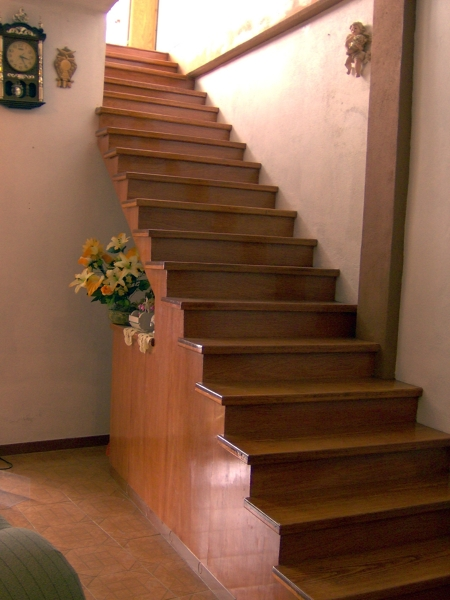 Foto escalera de concreto forrada de madera de beristain for Escalones de cemento para escaleras