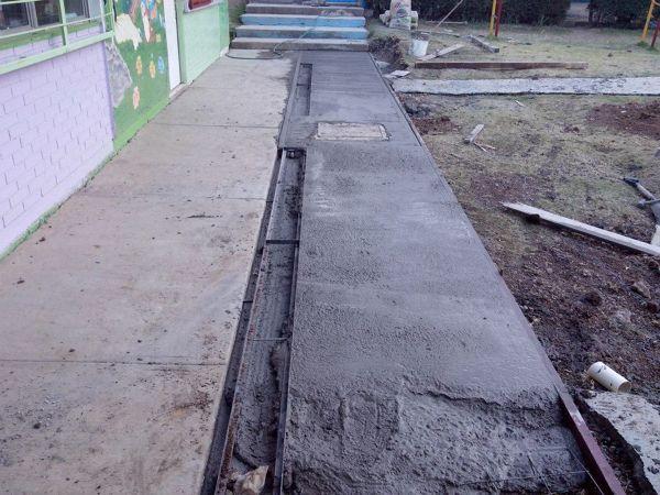 Foto firme de concreto para escuela y rejillas de desague - Canaleta de desague ...