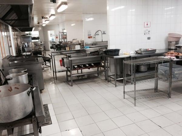 Foto instalaci n de piso en rea de cocina de comedor for Concepto de comedor industrial