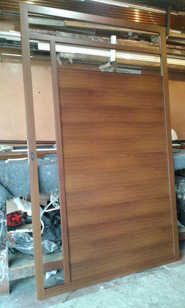 Foto puerta de aluminio simil de madera en color nogal de - Puertas de aluminio color madera ...