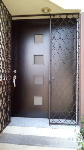 Foto Puerta Entrada Principal De Acabados Residenciales En Madera - Puertas-entrada-principal