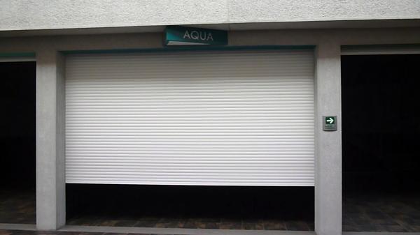 Foto persiana rolada europea para porton cochera motel de - Puertas para cocheras ...