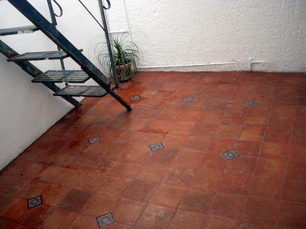 Foto piso de barro con inserto azulejo talavera de for Pisos ceramicos rusticos para interiores