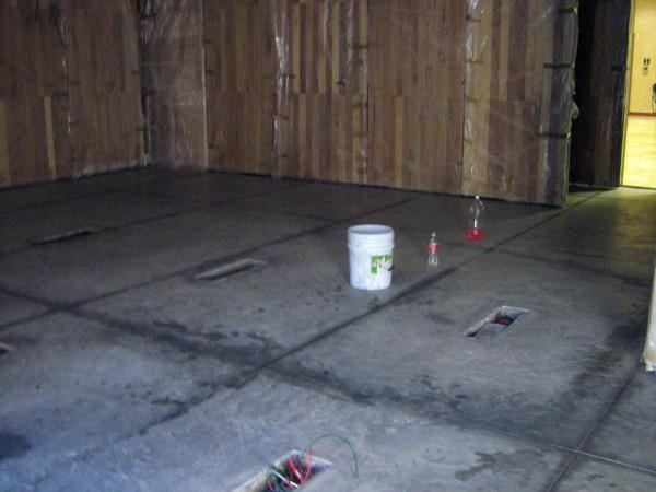 Foto piso de concreto pulido y cajas de acero en piso de for Piso de concreto pulido