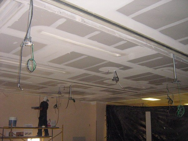 Foto plaf n de tablaroca y rieles de aluminio para for Plafones de pared para escaleras
