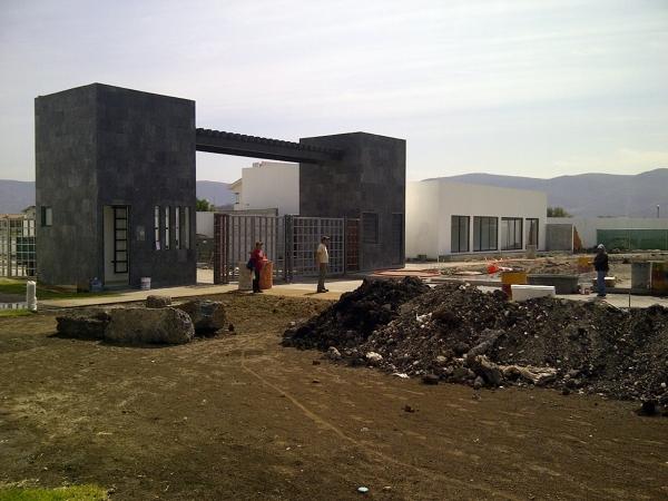 Foto portico de entrada de soluciones cvm acabados for Portico moderno