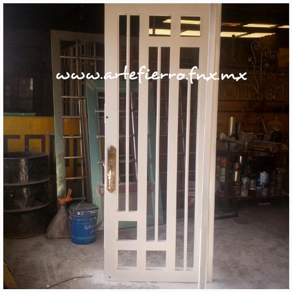 Foto puerta de acceso principal de arte fierro herrer a for Puertas principales de fierro