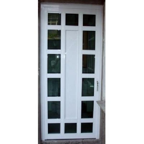 Foto puerta de aluminio blanco con vidrios de vidrier a for Puertas de aluminio blanco