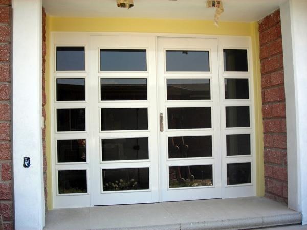 Foto puerta en aluminio de coprocon plus s a de c v for Puertas minimalistas