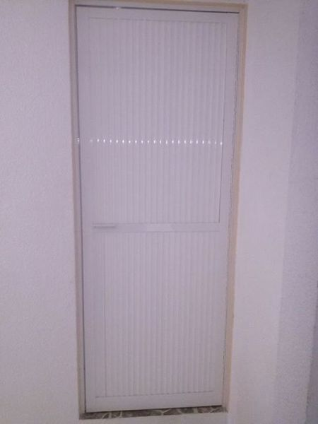 Foto puerta para ba o de vidrieria y canceleria de for Puertas para bano en aluminio