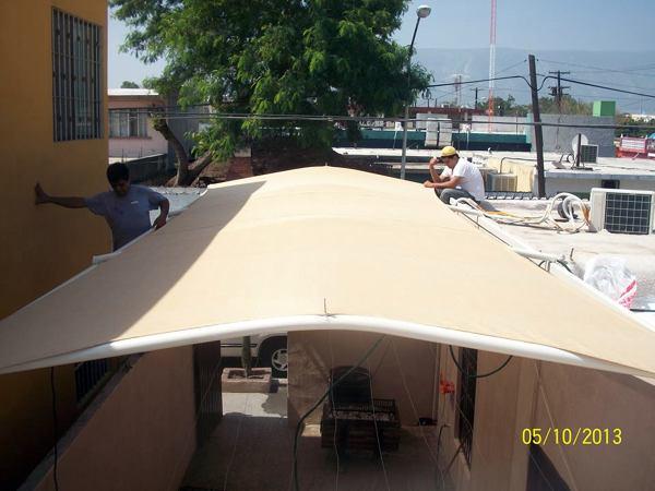 Foto toldo malla sombra desert para cocheras y patios de velary tensomallas e ingenieria 24489 - Toldos para cocheras ...