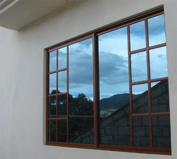 Foto ventana media ret cula aluminio tono madera nogal for Ventanas de aluminio color bronce