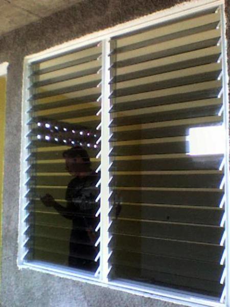 Foto ventana estilo persianas de vidrier a alegr a 4061 for Ventanas con persianas incorporadas