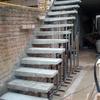 Hacer una escalera empotrada en muro, base metálica forrada de concreto f'c 200 kg//cm2.