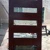 Instalación de puerta de madera en acceso principal