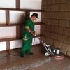 Limpieza de piso quitando manchas negras en boquilla