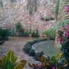 Instalación de muro llorón en jardín exterior