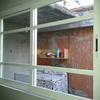 Proveer 2 ventanas corredizas,  dividida en 4 partes, pues es en una esquina de 1. 2m de alto y las secciones de 0. 45m, 0. 85m, 0. 85m y 0. 50m en aluminio blanco