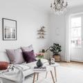Sala con mesas de centro blancas y patas de madera