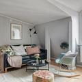 Sala desorganizada con cojines y tapete