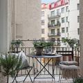 Balcón decorado con plantas y tapete