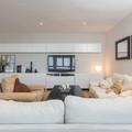 Sala amplia con sillones y TV