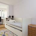 Cuarto con piso de madera y paredes color violeta