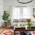 Sala con piso de madera y alfombra