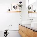 Baño con azulejos en paredes y piso