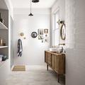 Baño con mueble de madera bajo el lavabo
