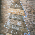 árbol de navidad de palets con listones pegados