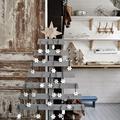 árbol de navidad hecho con listones de palets separados