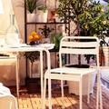 Balcón pequeño con piso de madera