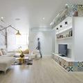 Sala con revestimiento de mosaico hidráulico en las paredes