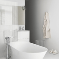 bañera blanca y baño en tonos claros