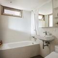Baño blanco revestido con azulejos