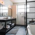 Baño con cancel de hierro y muebles en color negro