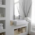 baño con estantería de cartón-yeso
