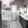 baño con muebles de madera negros