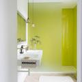 Baño con panel de vidrio en la regadera